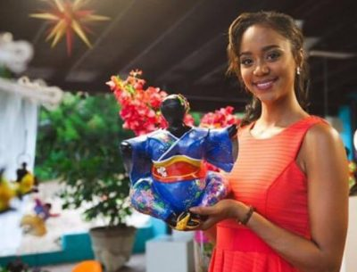 Miss Curaçao Chanelle de Lau presents Chichi as national gift